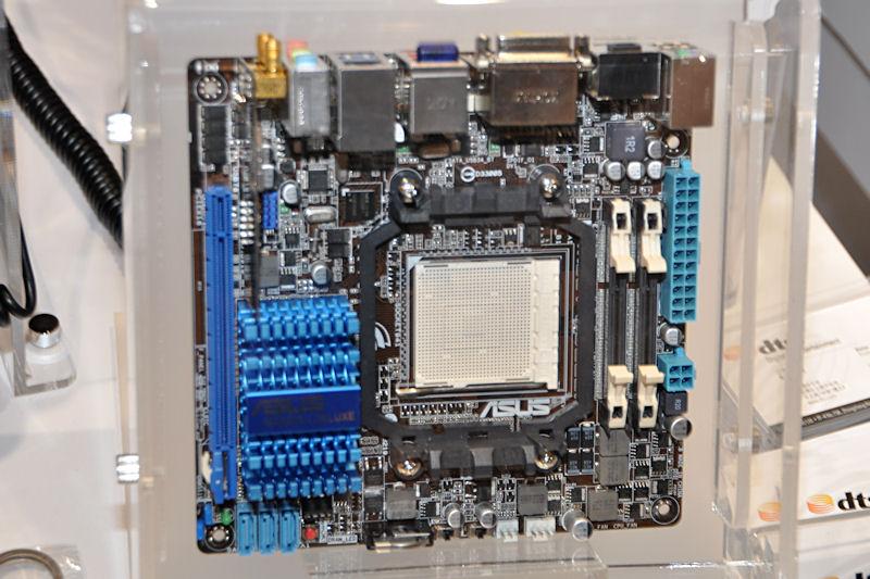 AMD 880G+SB710の組み合わせも特徴的な「M4A88T-I Deluxe」。デモではPhenom II X4 905eを搭載して展示していた
