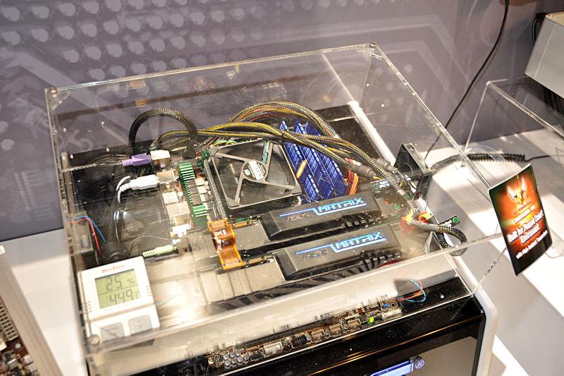 ケース内温度が約45度の密閉環境で動作し続けることを示すデモ機