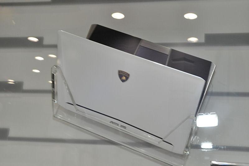 「Lamborghini」シリーズのEeePCは12.1型(1,366×768ドット)液晶を搭載。Atom D525を採用しており、GPUはIONを採用。メモリはDDR3×2枚の構成となっている