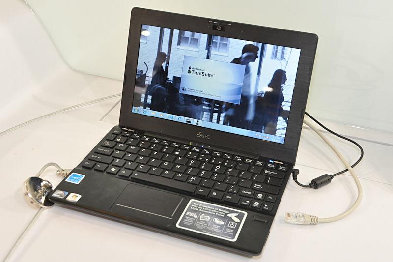 新デザインの筐体を採用した「1018P」。Atom N455またはN475を採用。メモリはDDR3×1枚で最大2GB。USB 3.0ポートも備えているほか、Bluetooth 3.0もサポートしている