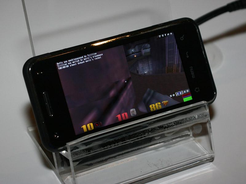 こちらのOSはMeeGoで動作しており、この上で3DゲームQuakeが動いている