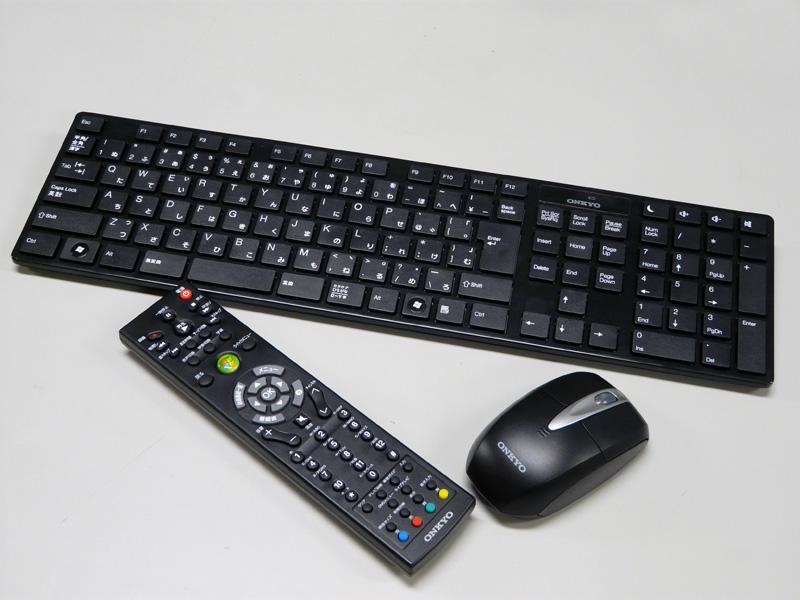 付属のワイヤレスのキーボード/マウス。Windows Media Center用のリモコン
