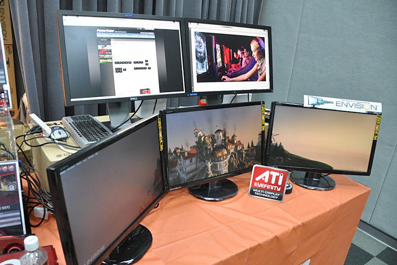 Tulが展示した5画面出力デモ。3画面でゲーム、2画面でWebブラウズなどを行なうという提案をしている