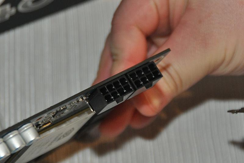 電源端子は8ピン×2となっている