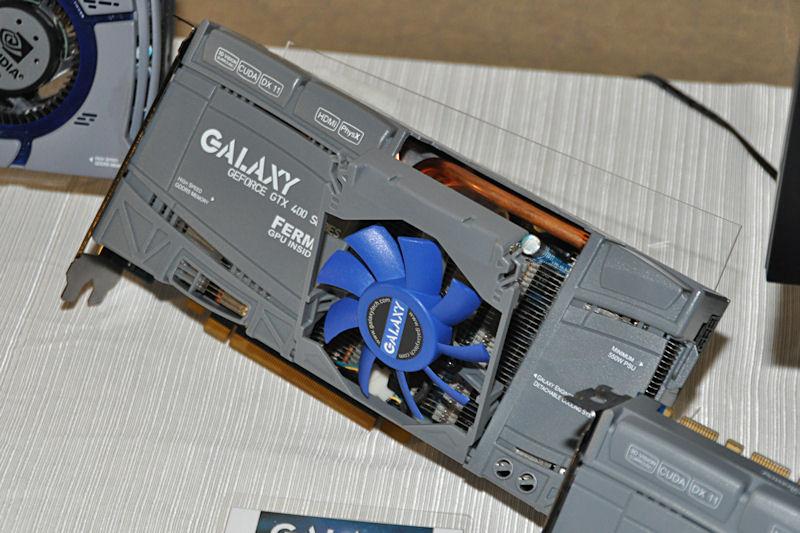 これは先ごろ発売されたばかりの、オリジナルクーラー採用のGeForce GTX 465搭載製品。ファン部分が開閉するのが特徴