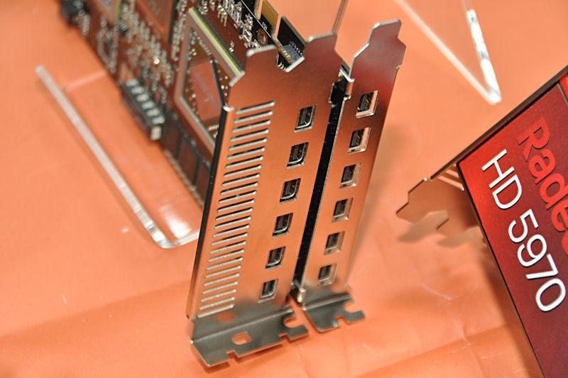 ただし、Mini DisplayPort×6基を追加するアドオンカードがボード裏面側に接続される