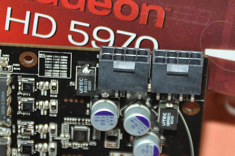 電源端子は8ピン×2基の構成に。標準のRadeon HD 5970より消費電力が増す
