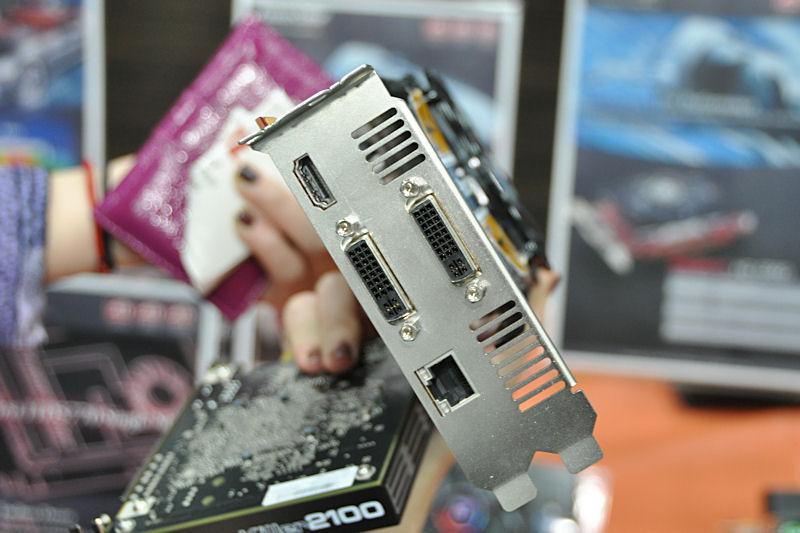 DVI×2、HDMIに加えて、Ethernetを備えている