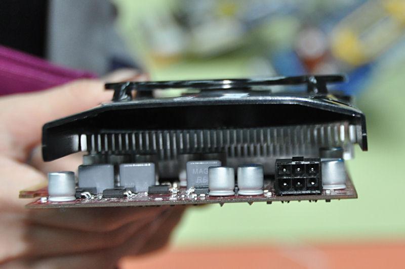 電源端子は6ピン×1。こちらも標準的なRadeon HD 5770に近い消費電力としている