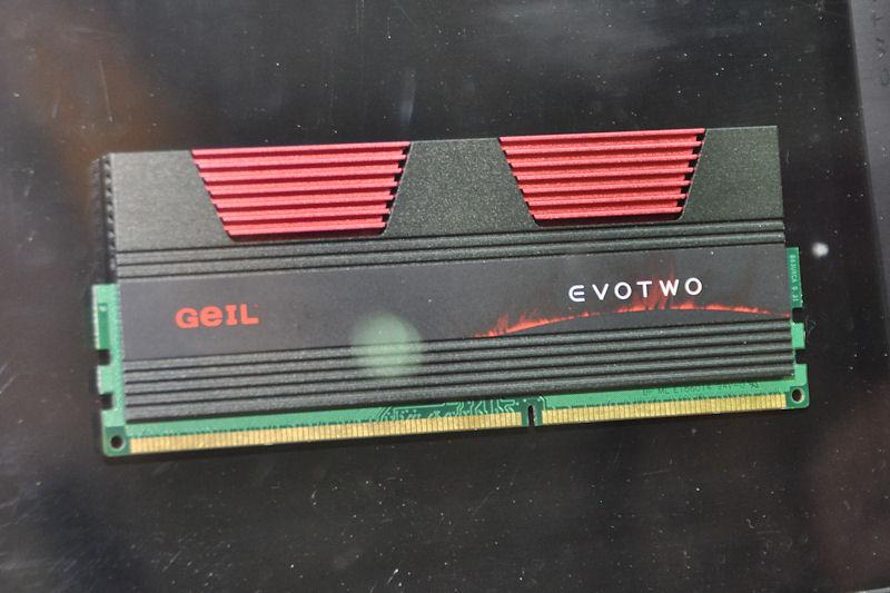 EVO ONEの後継モデルとして展示された「EVO TWO」。最高クロックでDDR3-2500。2枚組、3枚組、6枚組などのバリエーションで販売される予定
