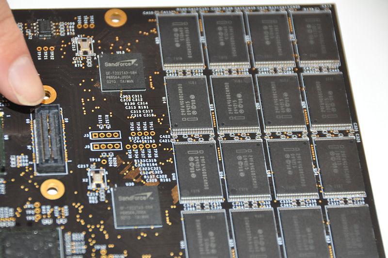 SSDのコントローラはSF-1200。左端にあるコネクタに増設カードを接続して容量追加できる