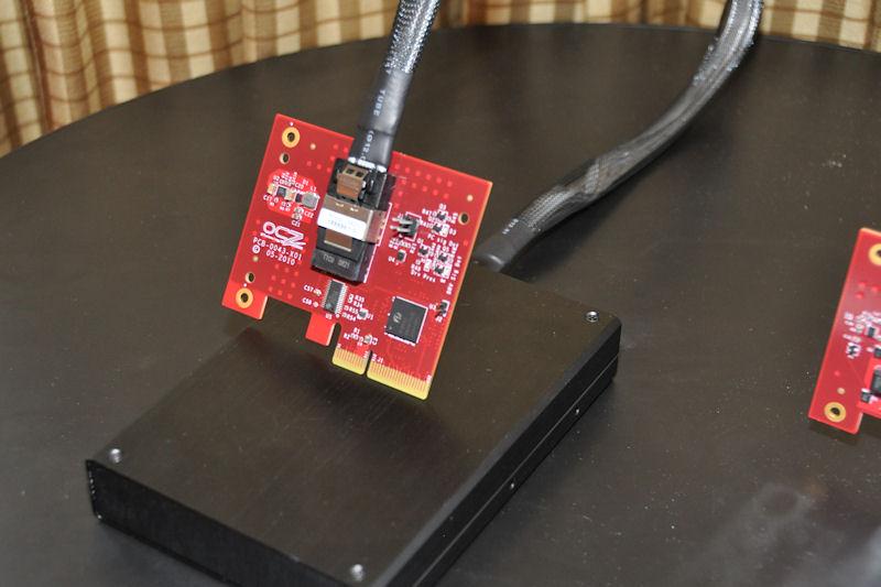 独自規格のHSDLで接続される、コントローラボードどSSD