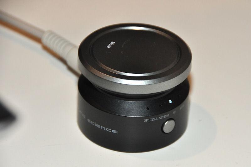 セットモデルのコントローラ。ボリュームのほか、サラウンド効果の切り替えスイッチを持つ