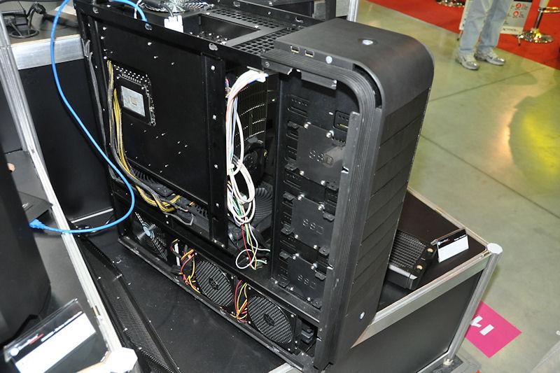 本体向かって右側から内部へアクセスするが、反対側には2.5インチベイ×3台の金具が用意されており、SSDなどを取り付けられる