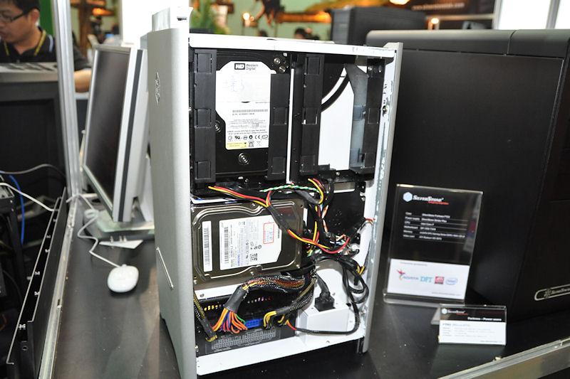 本体正面から向かって右側にもHDDベイを装備。3.5インチ×3台、2.5インチ×1台の固定が可能