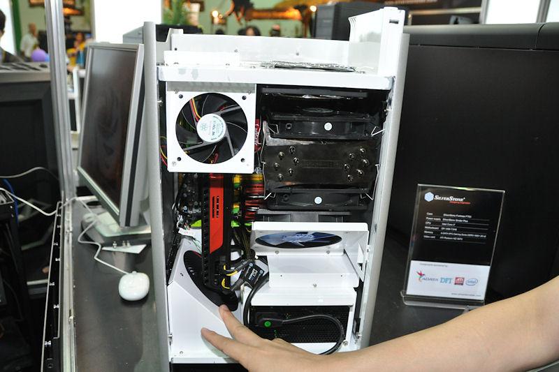 ビデオカードやCPU、メモリを冷却するクーラーが斜めに取り付けられているのも工夫の1つ
