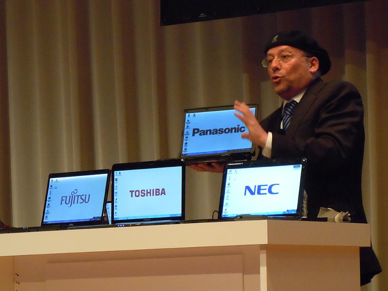 NECやパナソニック、東芝、ソニー、富士通から出る薄型軽量のノートをアピールするエデン氏