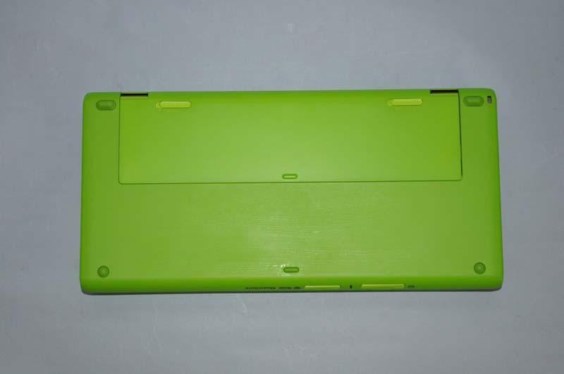 VAIO P VOMの底面。バッテリもグリーンで塗装されている