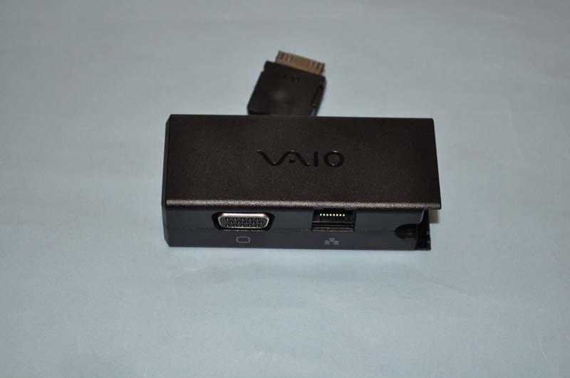 ディスプレイ/LANアダプターには、外部ディスプレイ端子(D-Sub 15ピン)とLAN端子が用意されている