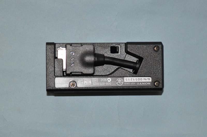 VAIO P本体と接続するコネクタは、裏側に収納できるようになっており、持ち運びに便利
