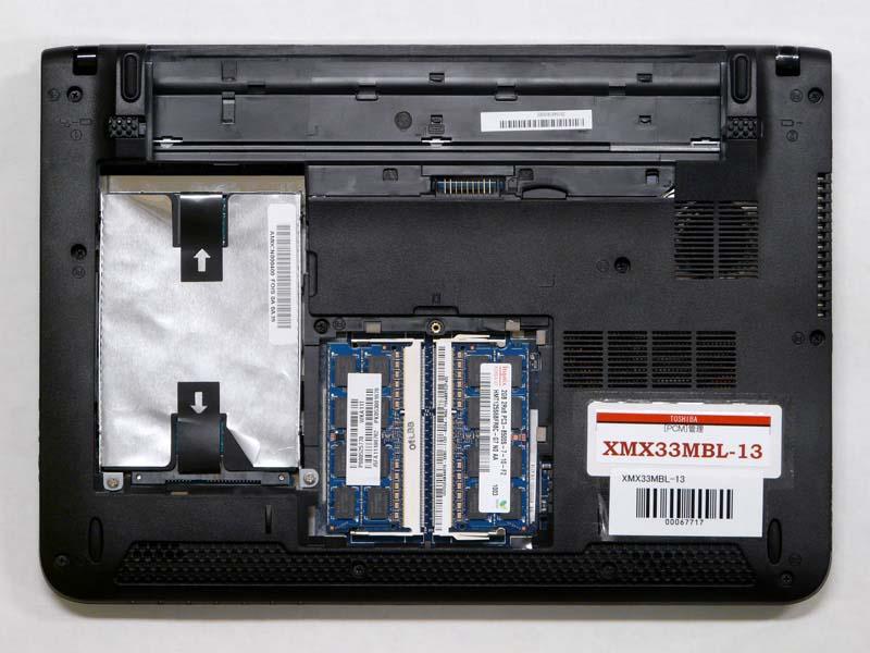 裏面。ネジ1本でHDDとメモリにアクセスできる。スピーカーは下向きに付いている