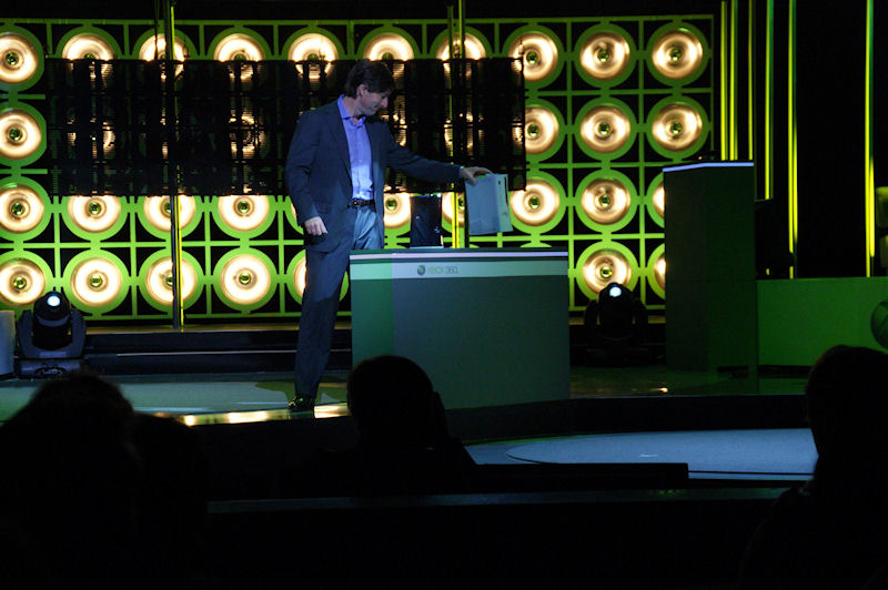 新Xbox 360を旧Xbox 360の筐体から引き出すDon Mattrick氏Microsoft)