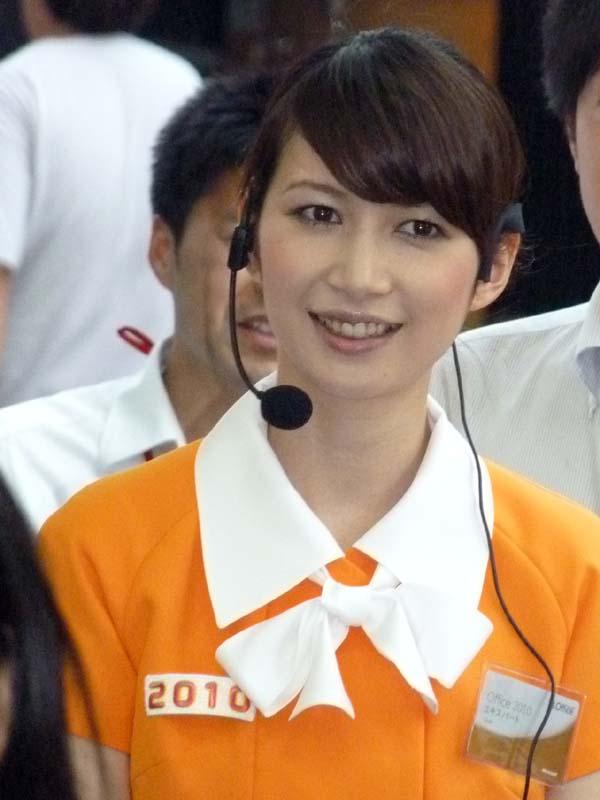 舞台袖で登場を待つ冴子先生。表情は若干緊張気味
