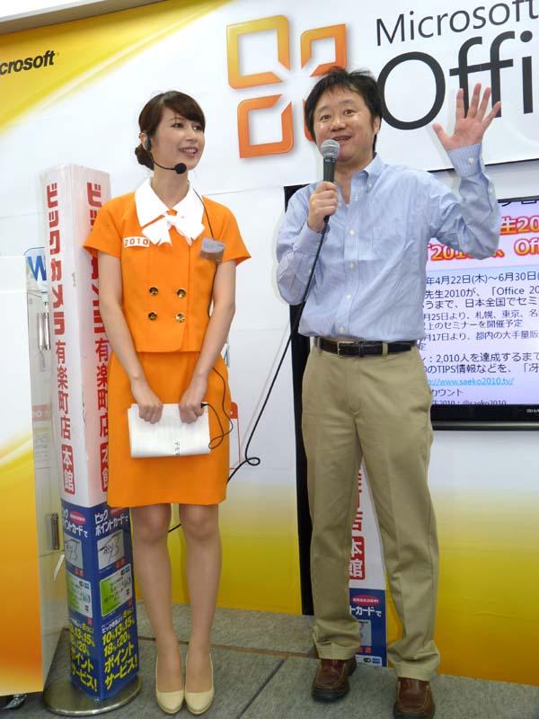 「いいねと回答してくださる方が、これから1,000人以上増えないと卒業できません。ぜひ、店頭に足を運んで参加してください!」と訴える冴子先生2010と飯島氏