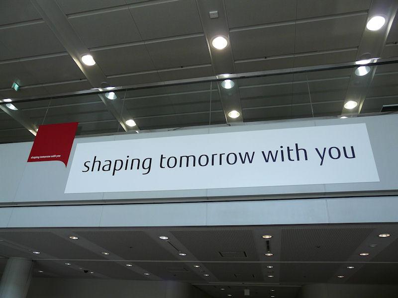 富士通川崎工場の入口に掲示された新フォントを使ったshaping tomorrow with you