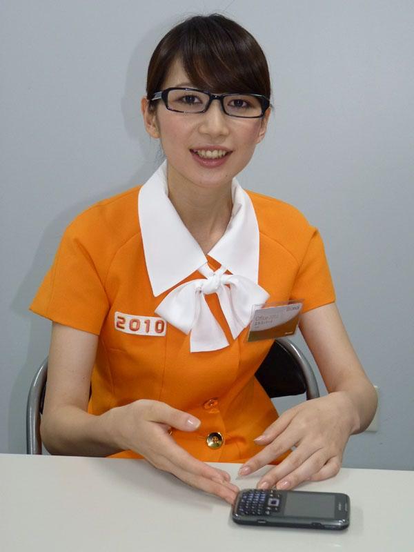インタビューに答える冴子先生