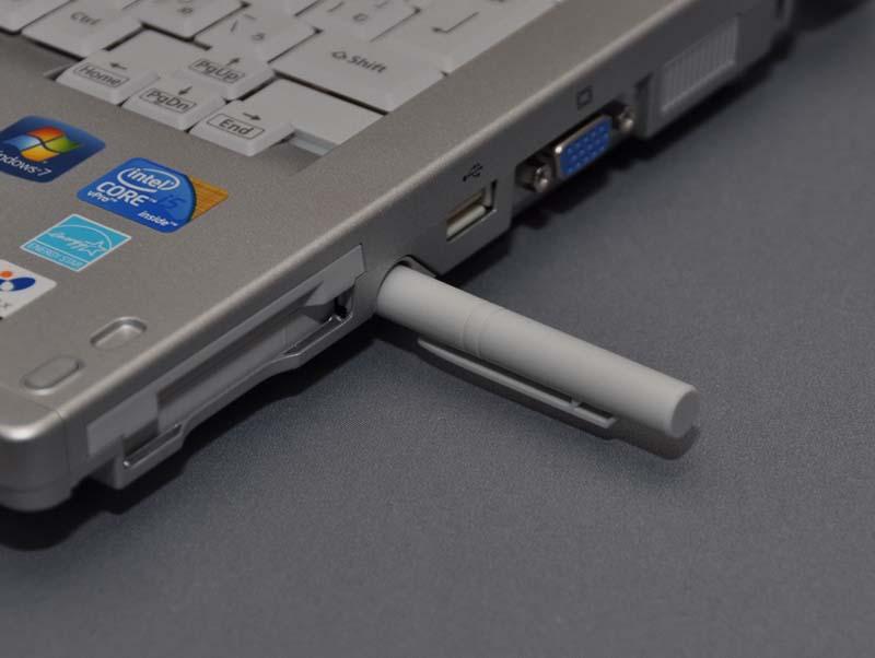 専用ペンは、本体右側面に収納されている