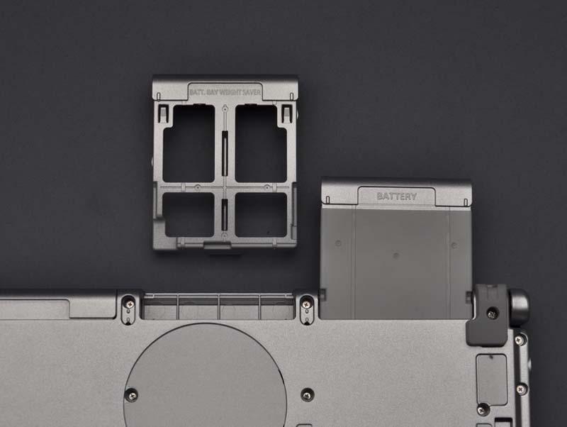 このように、2つのバッテリスロットが用意され、2個のバッテリが搭載可能。標準では1個のバッテリのみが付属する