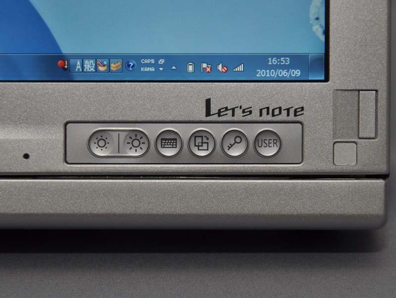液晶下には、ピュアタブレットスタイル時に活用できる、輝度調節やスクリーンキーボード表示ボタン、画面回転ボタンなどが配置されている