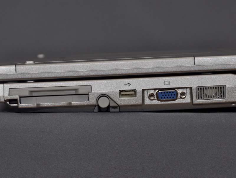 右側面には、PCカードスロット、USB 2.0×1、アナログRGB出力を配置。アナログRGB出力の横にはスピーカーが置かれている