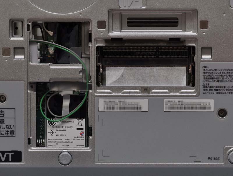 底面のフタを開けると、メインメモリ用のSO-DIMMスロットにアクセスできる。2スロット用意され、標準で1スロットが空きとなっている