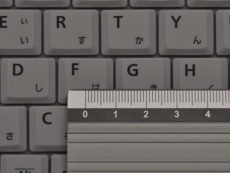 キーピッチは、横が約19mm、縦が約16mmと、縦がやや狭くなっている