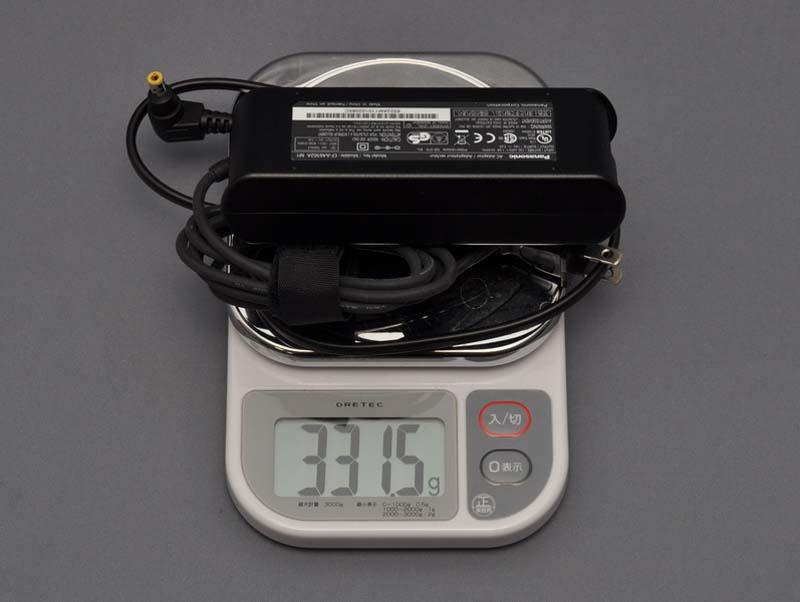 ACアダプタの重量は、電源ケーブル込みで実測331.5gだった