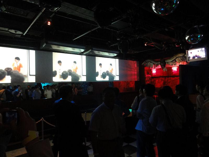会場は渋谷の某クラブ。参加者には食べ物やお酒も振る舞われた
