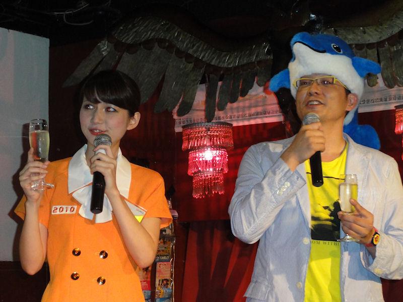 初顔出しとなるカイル2010と掛け合いを行なう冴子先生。普段と違う環境で、最初はやや緊張の面持ち
