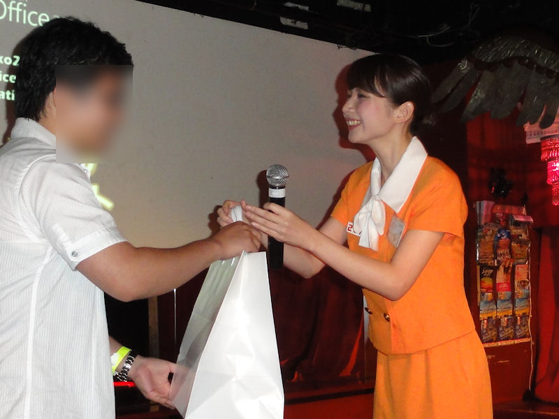 勝者には冴子先生から賞品が手渡された