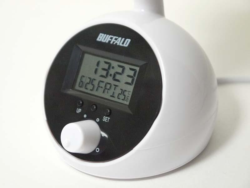 台座部分に時計および温度計が付属。内蔵電池(CR2032)で駆動する