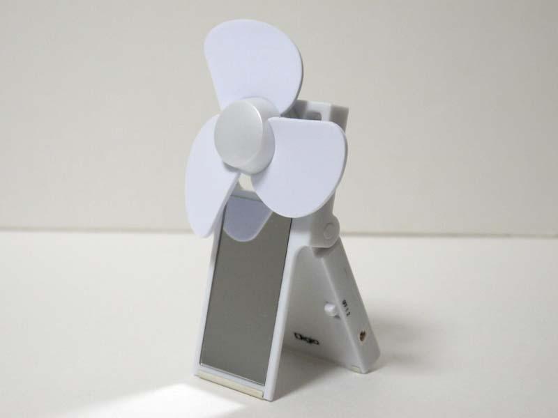 正面はミラーになっている。スタンドの右側面にON/OFFと2段階の風量切替スイッチを備える
