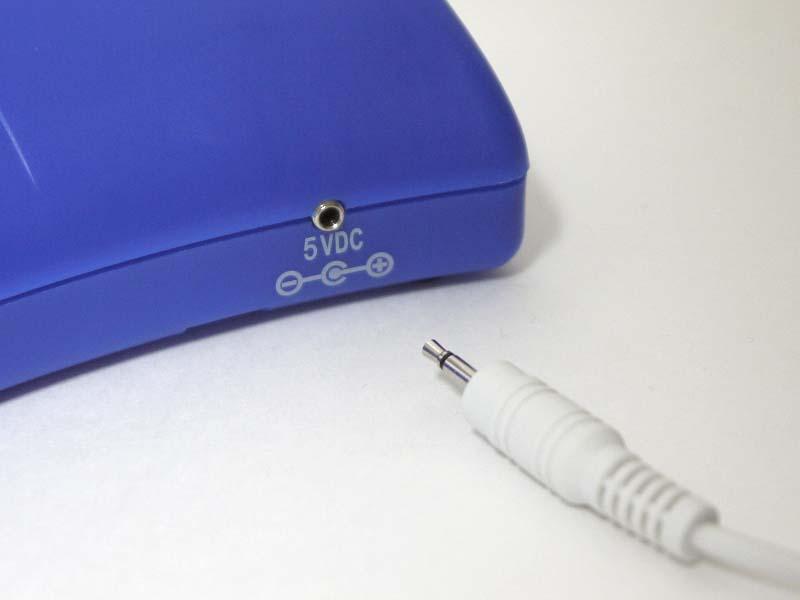 専用USBケーブルのほか、単1電池×2本でも動作する