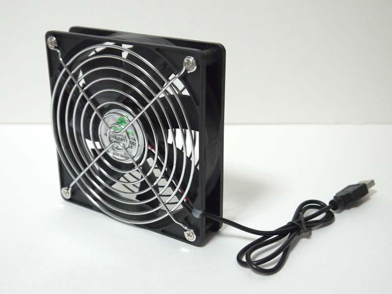 PCケース用の120mm冷却ファンをそのままUSB電源化。ひとまわり小さい80mm冷却ファンを用いた姉妹製品もある