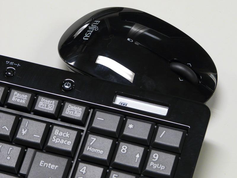 キーボードの右上のパネルでバッテリの残量などを表示。マウスは中央にバッテリが減ったことを示すLEDがある