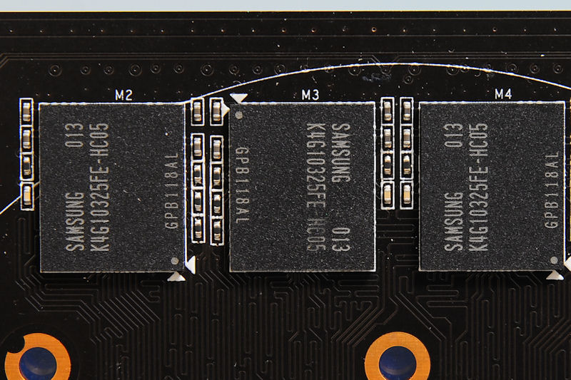 【写真8】メモリは両者とも共通で、Samsungの0.5ns/1Gbitチップ「K4G10325FE-HC05」が採用されていた