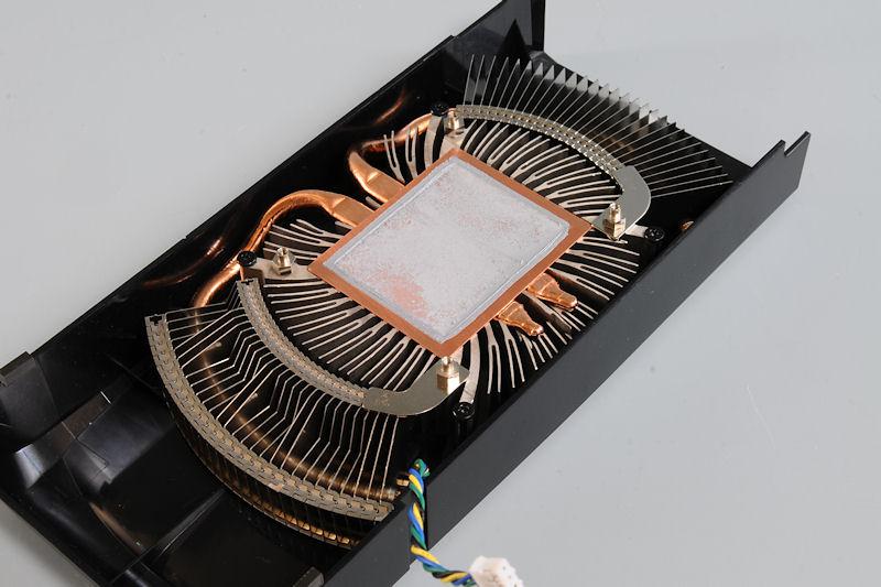 【写真9】GPUクーラーも新開発のもので、銅ベースとアルミダイキャストを一体化した部分、銅ベースから伸びるヒートシンクとアルミフィンという構造になっている