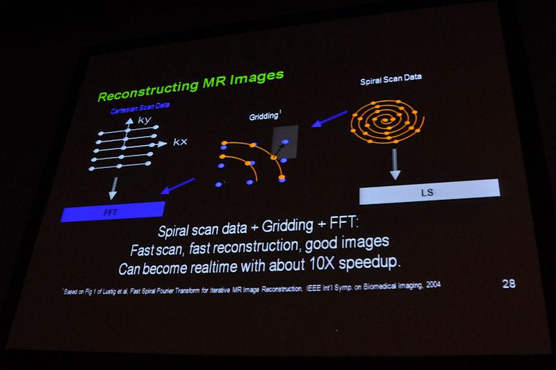 左の従来型MRIは、螺旋状にスキャンしたデータを、近似値を取りながらグリッド化し、フーリエ変換して画像を構築する。大規模演算が可能なGPUなら螺旋状に配置されたデータからLS(Least-Squares:最小2乗)法を使って、直接データのサンプリングを行なえるので、より高精度なMRIの映像を得ることができるという