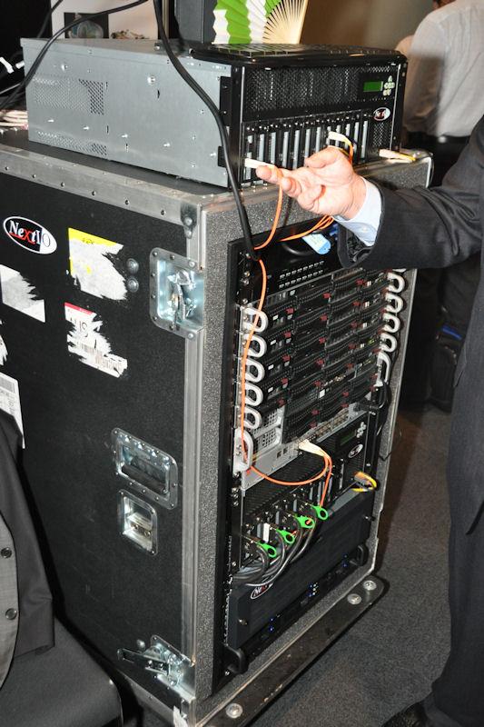 エルザジャパンブースで展示されたNextIOのGPUコンピューティングソリューション。PCI Expressを仮想化することで複数のホストからGPUベースの計算ノードへアクセスできるというもの。右の写真は実際に仮想GPU上で実行されたデモでパフォーマンスの高さを示していた