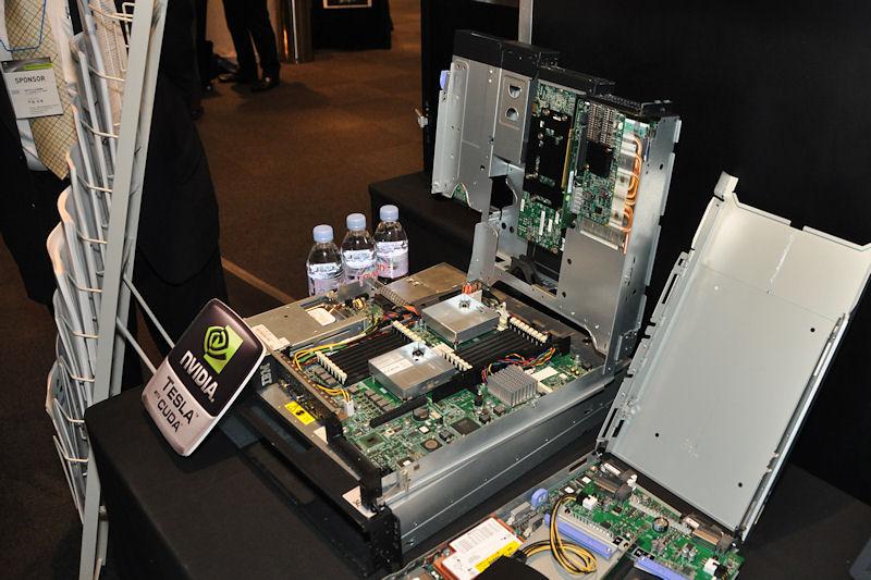 IBMのSystem x iDataPlexはTeslaを2枚搭載可能な2Uラックサーバで、ラックを90度回転することでパフォーマンス密度アップを図る工夫を行なっている